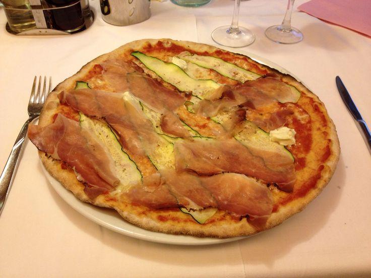 Pizza con formaggio Philadelphia, zucchine genovesi e Speck IGP