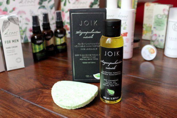 Mein liebstes Produkt von Joik ist das tiefenreinigende Gesichtsöl, was für alle Hauttypen geeignet ist. Es ist eine Zusammenstellung aus Sonnenblumenkernöl, Olivenöl und Rizinusöl, Jojobaöl, Lavendelöl, sowie Zitronengrasöl und Teebaumblattöl. In der Verpackung ist ein weicher Schwamm beigelegt, mit dem sich das Öl nach der Reinigung sanft entfernen lässt. Ich brauche danach (eigentlich) keine weitere Gesichtspflege mehr.