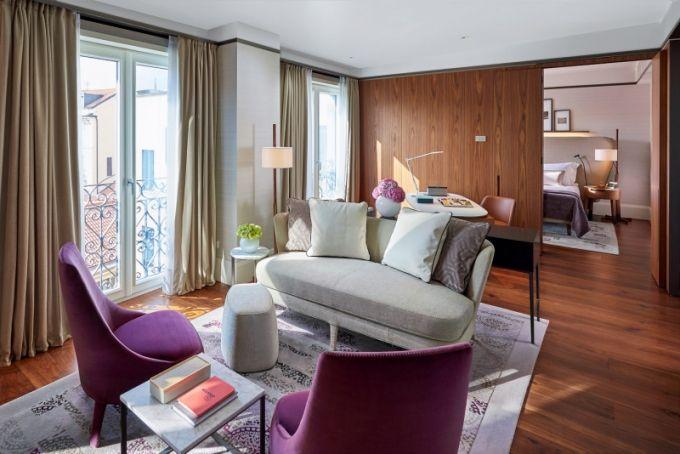 Deluxe Suite se může pochlubit 80 m2 plochy a příjemným interiérem v neutrálních béžových a hnědých tónech s dotekem elegantní fialové na křeslech Febo, které navrhl Citterio pro Maxalto