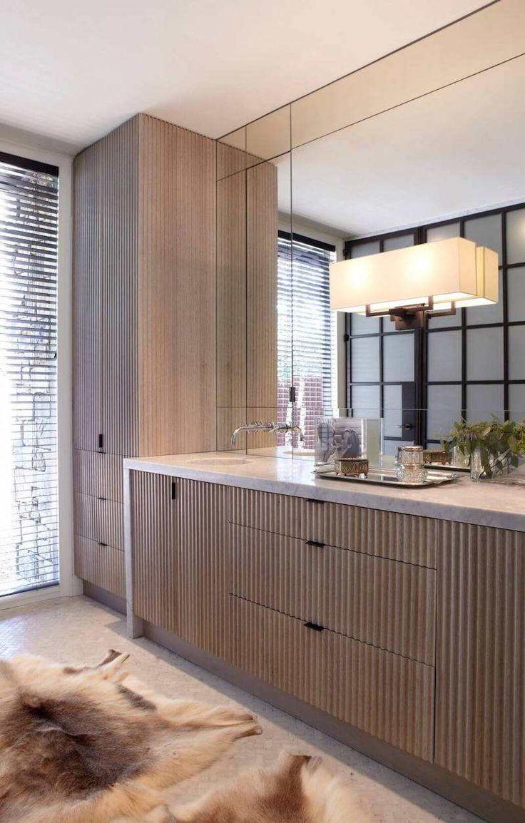 salle de bain design avec meubles en bois en relief- Stones Throw via Paul Bates Architects