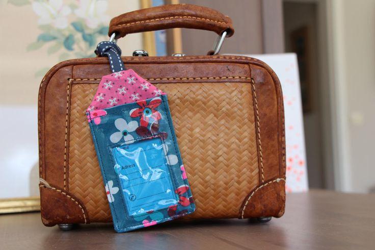 Etiquette à bagages en coton enduit fleuri avec ses trois étiquettes en papier de la boutique Lebigornopiquant sur Etsy