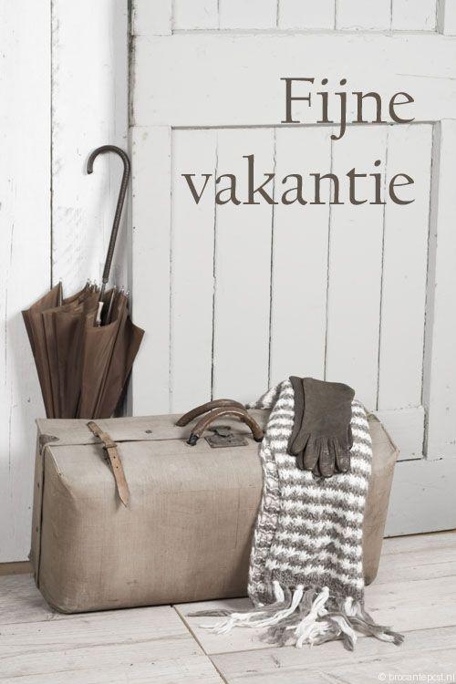 Fijne vakantie! Leuk brocante tafereeltje met oude koffer.   Verstuur deze of andere brocante e-cards gratis via www.brocantepost.nl