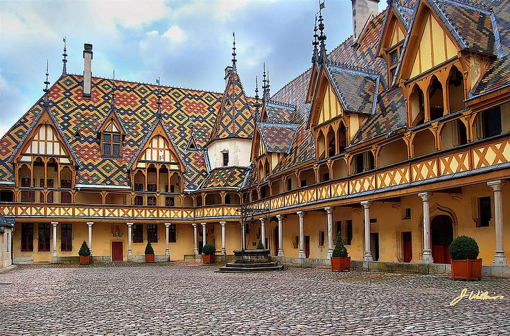 A hospital foundation from the Middle Ages, the Hospices de Beaune is one of France's most prestigious historic monuments. Its flamboyant Gothic architecture, its polychrome roofs and a renowned vineyard make this museum one of Burgundy's gems.