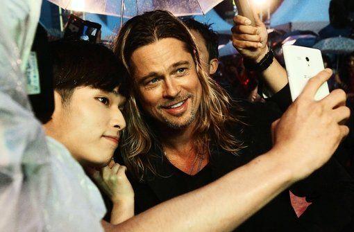 Ein Selfie mit Brad Pitt – das wär's. Leider nehmen sich die meisten ohne schmückenden Promi auf. Foto: AP