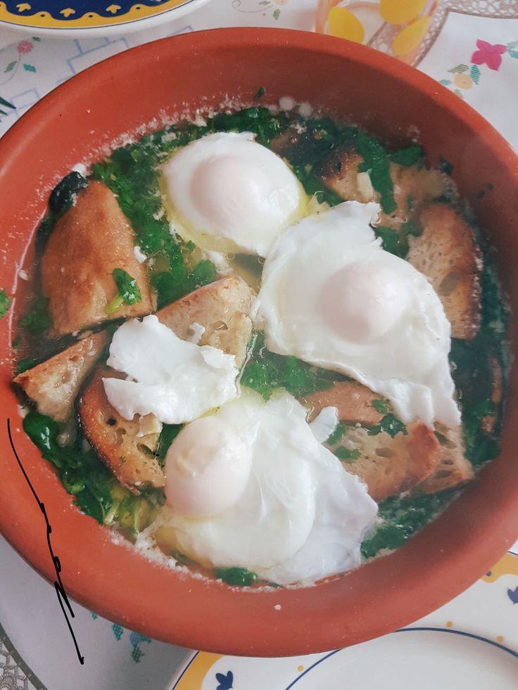 Açorda alentejana   Ingredientes:  Para 3 pessoas  1 bom molho de coentros (ou um molho pequeno de poejos ou uma mistura das duas ervas 2 a 4 dentes de alho 1 colher de sopa bem cheia de sal grosso 4 colheres de sopa de azeite 1,5 litro de água a ferver 400 grs de pão caseiro (duro) 3 ovos Bacalhau qb