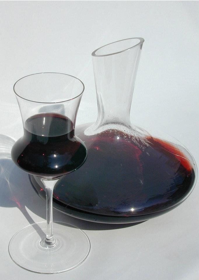 Nemeth Hajnal Aurora's Red wine decanter and glasses, blown glass, at Parádsasvár Glass Factory/Vörös boros dekanter és pohár, fújt üveg a Parádsasvári üveggyárban, 2004