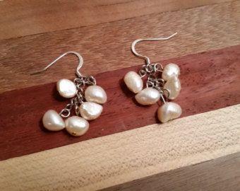 Pendientes de racimo perlas amarillo pálido por GrapewoodDesigns
