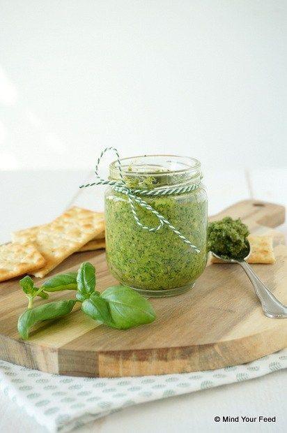 Spinazie walnotenpesto 100 gr spinazie 1 bos basilicum 50 gr walnoten 50 gr Parmezaanse kaas 2 teentjes knoflook 75 ml olijfolie zout peper