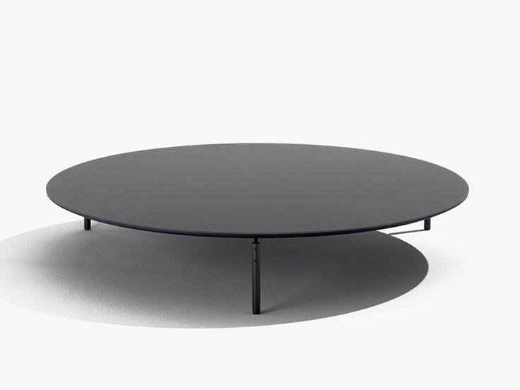 Tavolino con struttura in metallo verniciato e top in legno laccato.