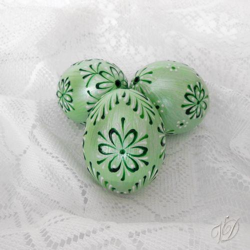 Kraslice - Velikonoční vajíčka - zelená perleť Kraslice jsou řádně dezinfikovány, některé vrtané, barvené ručně štětcem, ručně malované technikou voskový reliéf a navíc také kvalitně přelakované. Proto jsou naše kraslice pevnější a zůstavájí jako nové po mnoho let. Základní barva vajíčka: zelená perleťová Vzoryna kraslicíchjsou různé - kvalitní ...