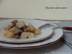 """Lo spezzatino di maiale con patate è un secondo piatto semplice e gustoso che piace proprio perché ha quel gusto che """"sa di casa e di famiglia""""."""