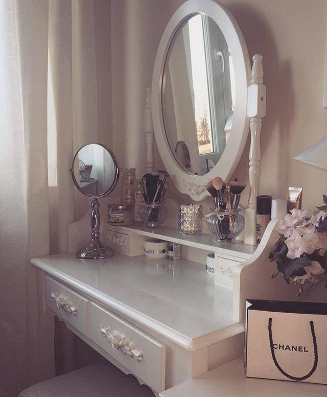 Simple yet elegant #vanitymakeup #vanitytable #vanitygoals #makeup #vanity #makeupblogger #makeuplove #makeupartist