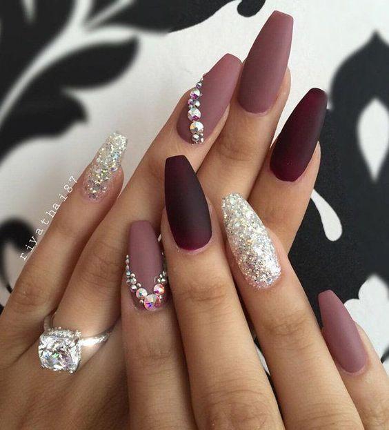 Para completar tu look de princesa, suma arte con strass a tus uñas. Acá se usaron varios tonos de morado y dos uñas de acento con gel con brillo, una en cada mano.