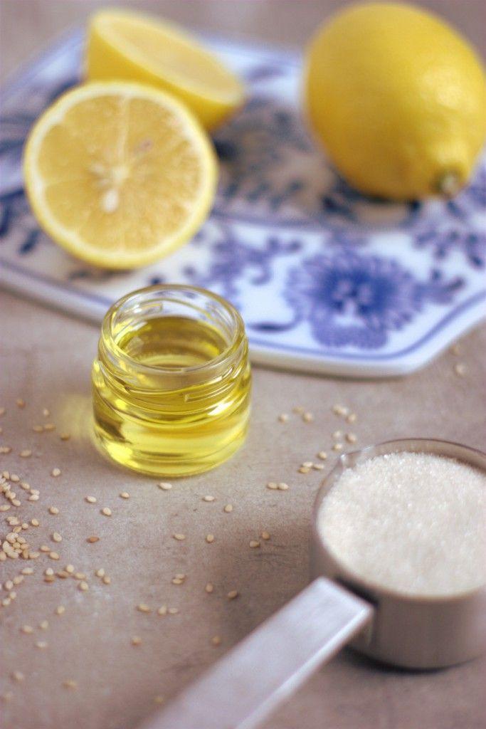 Peeling für Hände und Füße selber machen: 20ml Sesamöl, 50g Zucker, 1EL  Zitronensaft vermengen und ab geht die Post.