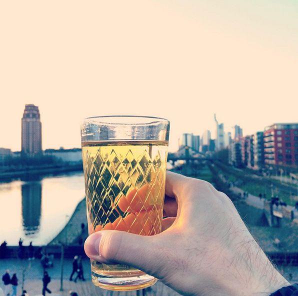 Ein Geripptes. Ein Griff an dieses Glas und Du fühlst Dich sofort wieder wie Zuhause. | 35 Dinge, die Du vermisst, wenn Du aus Frankfurt am Main wegziehst