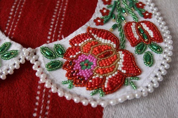 エルジおばさんのビーズ刺繍のつけ襟(バラとチューリップ、忘れな草/白) - FOLK ART Transylvania