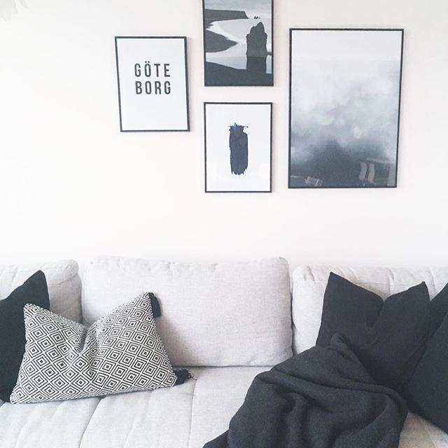 Tips til juleputer i denne sofakroken hadde blitt veldig satt pris på #desenio #desenioposters #kid #skeidar #decoration #interiør #interior #interiørmagasinet #interiordecor #interiorinspo #interior123 #skandinaviskehjem #skandinaviskehem #stue #livingroom #posters #needinspiration #interior4all #interiorstyling #pynt #pynteputer ✖️✖️✖️