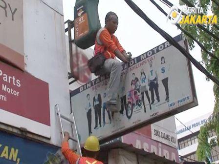 Melanggar Perizinan, 100 Reklame Di Jatinegara Dibongkar