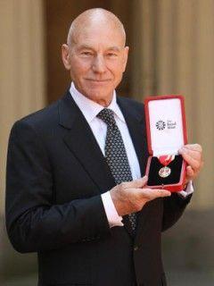 イギリス女王がナイトの称号を授与 名俳優パトリック・スチュワート