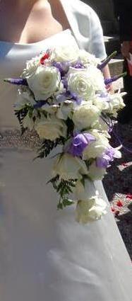 Vita rosor och lila komplement