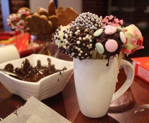 Jos joulusta jäi pipareita, tee niistä Pipariset Cakepopsit.