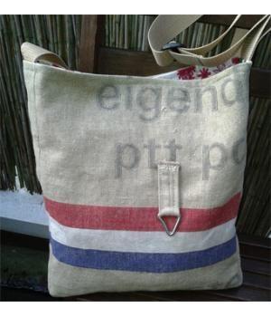 Handige boodschappentas gemaakt van een #postzak #DIY