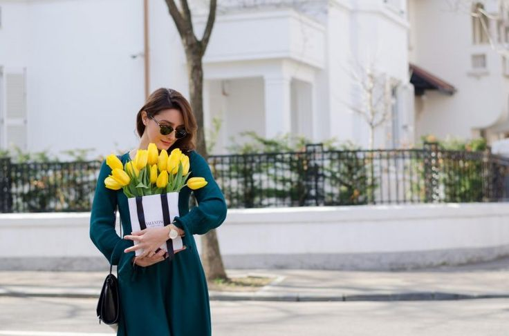 Green dress / Ray Ban sunglasses / yellow tulips / Bucharest Spring street style  www.cristinafeather.com