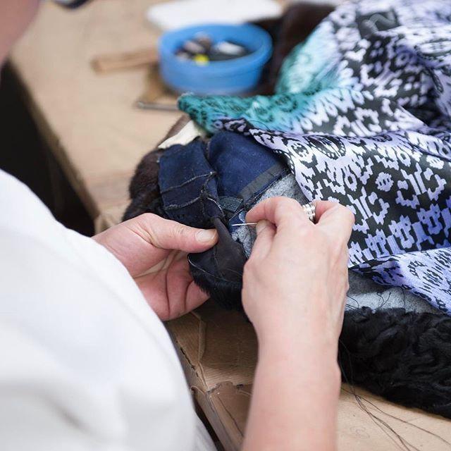 Rematando en el taller un abrigo de astrakan con este forro tan 🔝 🔝 ⠀  #peleteriagabriel #unanuevapiel #fur #astrakan #hechoamano #artesanal #fashion #peleteria #zaragoza #fattoamano #altapeleteria