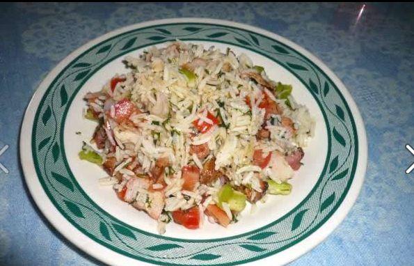 Γρήγορη και εύκολη ρυζοσαλάτα κατάλληλη για όσους ακολουθούν δίαιτα η διατροφή. Τι χρειαζόμαστε: 2 φλυτζανια ρύζι βρασμένο (ότι σας αρέσει εγω χρησιμοποιώ μπασμάτι) 1 στήθος κοτόπουλο 3 φρέσκα κρεμμυδακια 2 μεγάλες ντομάτες 3 πράσινες πιπεριές μισό ματσάκι άνιθο λίγο αλάτι λίγο πιπέρι 1 κ.γ. λάδι Πώς το κάνουμε: Σε ένα μπώλ βάζετε το βρασμένο ρύζι