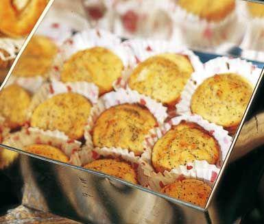 Recept på annorlunda och utsökta poppy seed muffins med glasyr. Till muffinsen behöver du bland annat apelsin, citron, vallmofrö, banan, ägg, mjölk och honung. När du gräddat muffinsen penslar du på en glasyr av honung och apelsinsaft. Gott på kalas.
