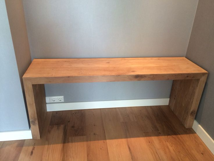 Houten bureau in de zelfde kleur als de vloer  www.bruinbouw.nl