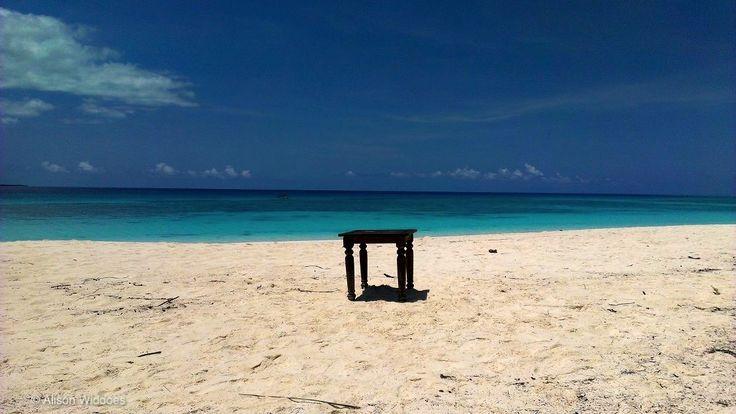 Table seule.  Beach.  Mnemba Island, Zanzibar. #AndBeyond