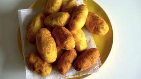 Receita com instruções em vídeo: Bolinho de batata é uma delícia!  Ingredientes: Azeite de oliva, 1 cebola pequena, 1 dente de alho, 300g de carne moída, Sal, Salsinha picada, 1 kg de batata rosa, 2 ovos crus + 2 ovos cozidos e picados, Farinha de trigo para empanar, Óleo de cozinha