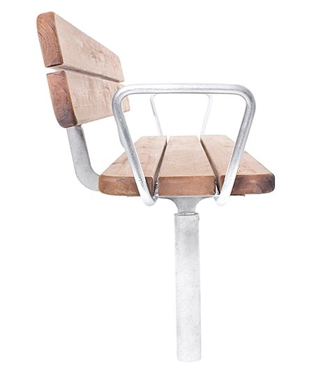 Möbelgrupp i form av soffa, bänk och bord. Tillverkad av furu och vattenskuret varmförzinkat stål. Producerat i Sverige av svenskt material. Virket är royalimpregnerat, dvs linoljebehandlat enligt Linax-metoden. Ståldetaljer finns i varmförzinkat alternativ eller varmförzinkat och pulverlackat. Standardkulör är då RAL 7016, mörkgrå. Övriga kulörer i RAL-skalan mot pristillägg. Förankring sker genom nedgjutning.  Design: Tim Alpen #parkmöbler #park #möbler #bänk #Bord