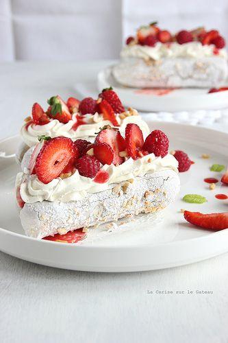 Fraises Melba : Meringues à la Cacahuètes, Glace à la Vanille, Crème Chantilly Mascarpone & Coulis de Fruits Rouges...<3