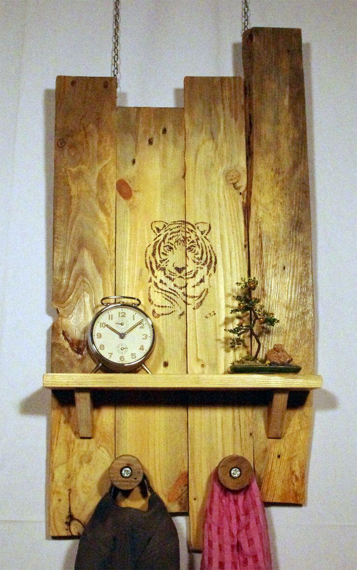 Mesola da parete con appendiabiti realizzata con legno di recupero e impreziosita dal disegno realizzato con la tecnica della pirografia. #mensola, #appendiabiti, #riciclo, #upcycling, #rustico, #provenzale, #corridoio, #provenzale, #coloniale