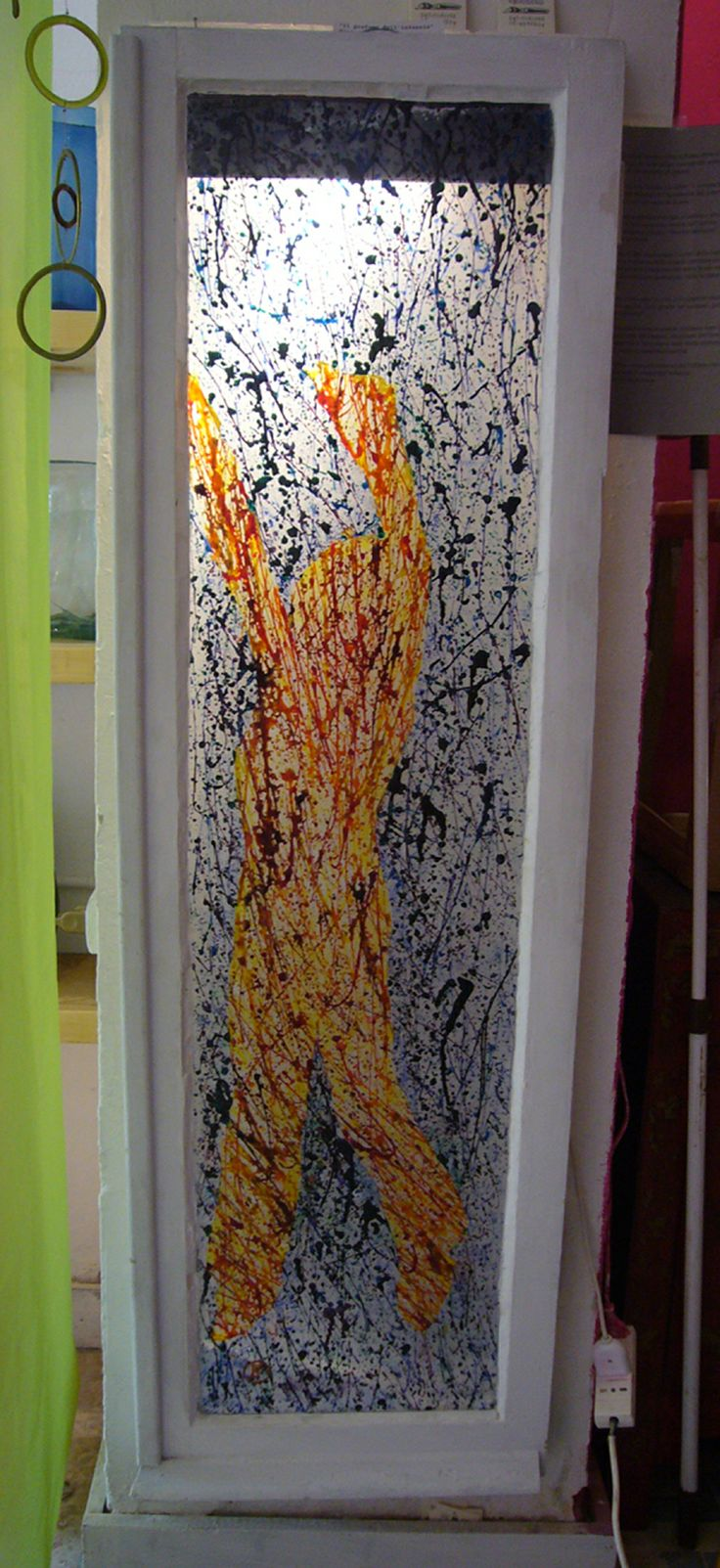 dripping di pigmenti e resine su vetro .finestra riciclata. Created  by Elvira Chiodino.
