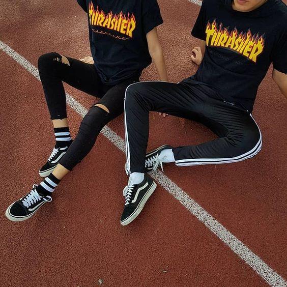 Camiseta Thrasher Flame Black negra para mujer y hombre. Zapatillas Vans Old Skool negras.