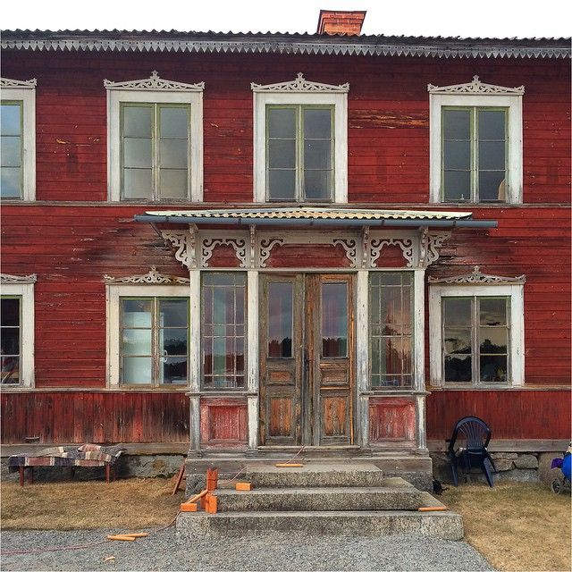 #hälsingegård #timmerhus #gamlahus #ödehus #byggnadsvård #veranda #falurött #farstukvist #1800tal
