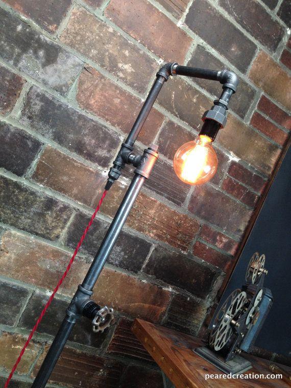 Questa lampada è una soluzione di illuminazione davvero unico con molte applicazioni. Una rubinetto maniglia rotante serve come un interruttore per attivare o disattivare la luce, una nuova funzionalità siamo entusiasti!  Un 40 Watt Lampadina di Edison offerte sottile ma brillante luce ambientale.  Questa lampada è costruita da tubazioni di ferro nero stile industriale. La lampadina dellannata è facile per chiunque di cambiare. Alimentazione è fornita da un cordone di tessuto ricoperto di…