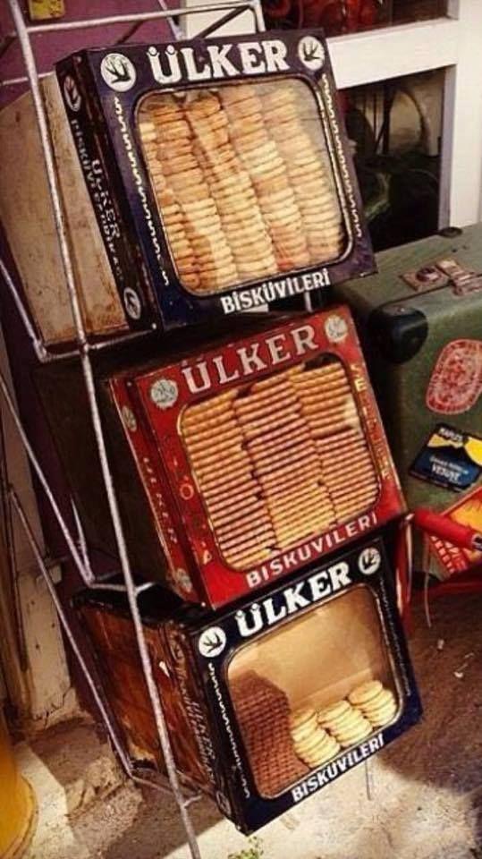 Yeni kuşaklar bilmezler. Eskiden bakkallarda bisküviler ve gofretler bu şekilde kutularda isteyene adetle bile satılıyordu .