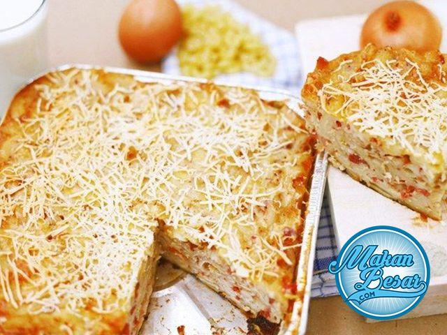 Resep Macaroni Schotel Panggang      - Macaroni elbow 200 gram, direbus lalu tiriskan dan campur dengan minyak sampai rata     - Keju parut 140 gram     - Bawang bombay 1 butir, ukuran sedang     - Sosi sapi 3 buah, potong kecil - kecil     - Telur 4 butir     - Susu cair 320 ml     - Wortel 1 buah, dipotong dadu berukuran kecil     - Garam secukupnya     - Pala secukupnya     - Merica secukupnya  Bahan Saus Macaroni Schotel Panggang      - Susu cair 300 cc     - Tepung terigu 2 sendok makan