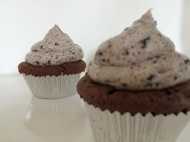 Oreo-cupcake-video    Ca. 12-14 cupcakes   Du skal bruge:  I alt 2 pakker oreos  60g mørk chokoalade  160 ml vand  90g blødt smør  220g sukk...