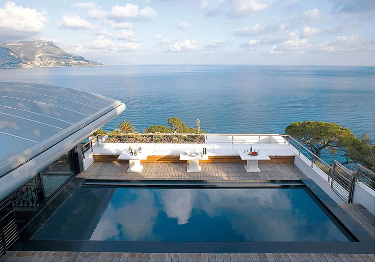 Une seconde piscine à découvrir se trouve sur le toit de cette villa de rêve située sur la Côte d'Azur