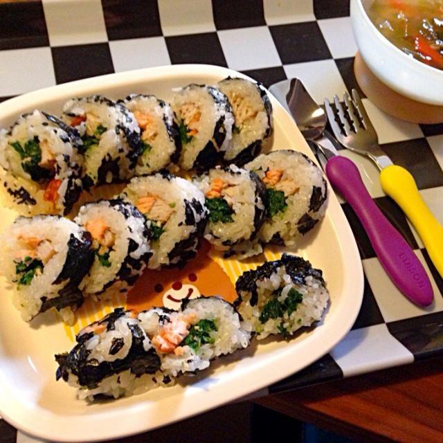 卵・小麦アレルギーの息子くんも 一緒に食べられる巻寿司  海苔は細かくちぎってラップに広げ、 具は  ほうれん草のおひたし、 火を通したサーモンとブリ  パクパク完食ヾ(●´ε `● )ゞ - 8件のもぐもぐ - 離乳食 初めての巻き寿司 by MaO73