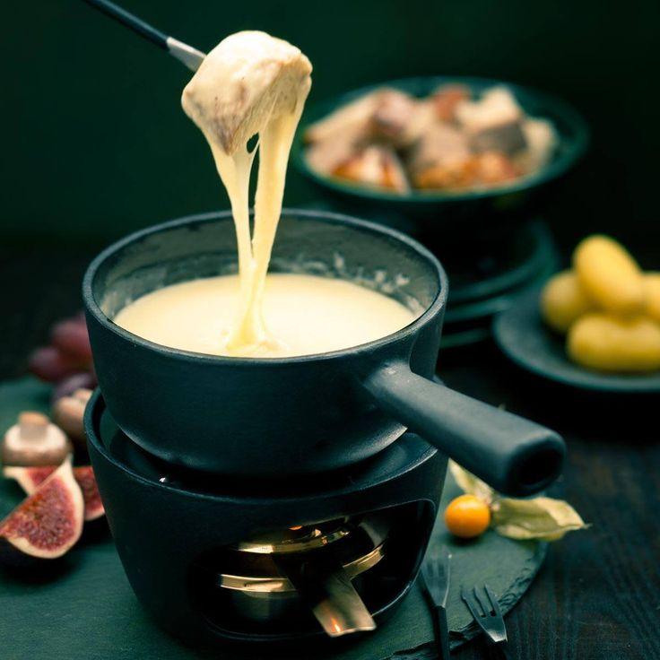 Klassisches Käsefondue mit Greyerzer, Raclettekäse, Weißwein und Kirschwasser.