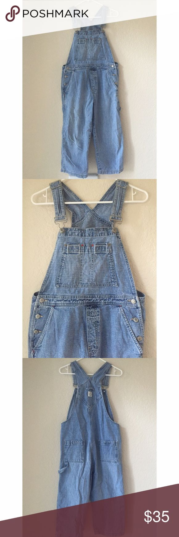 ❄️ GAP women's denim capri overalls These women's GAP capri/cropped overalls are in excellent condition! Really cute for spring or fall. Size Small. GAP Jeans Overalls