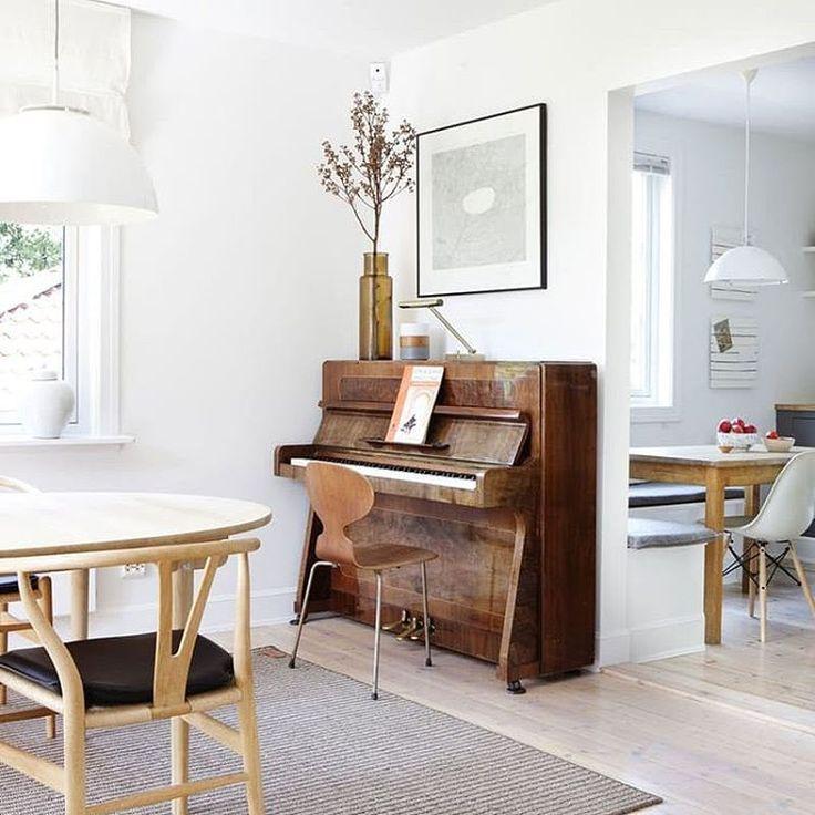 Nie, nie przeszło mi. Ciągle marzę o pianinie 🎹 Podjęliśmy jednak decyzję, że wstrzymujemy się z zakupem do czasu przeprowadzki. To za duży ciężar, żeby tak jeździć z nim z miejsca na miejsce. Póki co szukam czegoś mniejszego i bardziej poręcznego 😉 Zdj. Pinterest #pianino #krzesło #mrówka #wishbonechair #eameschair #piano #scandinavian #lamps #antchair #arnejacobsen #livingroom