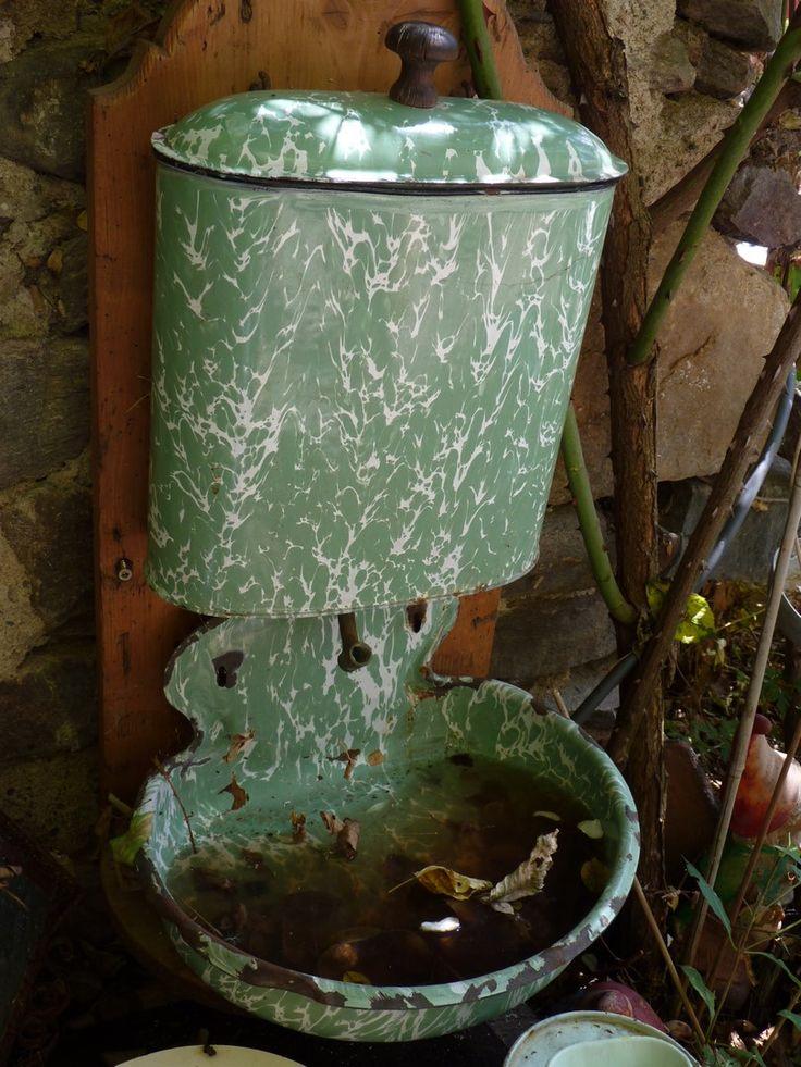 Un objet perdu se mélange peu à peu à la nature. Photo M. Tournebize.