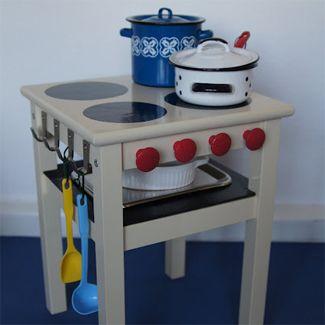 Dat een simpel Ikea krukje kan veranderen in een echt kinderfornuis, zie je op de site van Ikeahackers.